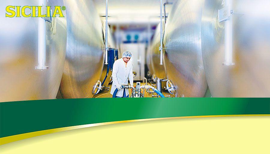 Fabrication  Nos employés veillent à maintenir le niveau de qualité constant de nos produits sur des machines de remplissage modernes. Les produits SICILIA sont toujours préparés au dernier moment en fonction de la commande, puis livrés directement au commerce alimentaire.  Votre fournisseur de produits alimentaires ne propose pas encore les produits SIZILIA? Parlez-en à votre marchand. Si vous nous donnez votre adresse, nous nous ferons un plaisir de vous indiquer où les trouver près de chez vous.