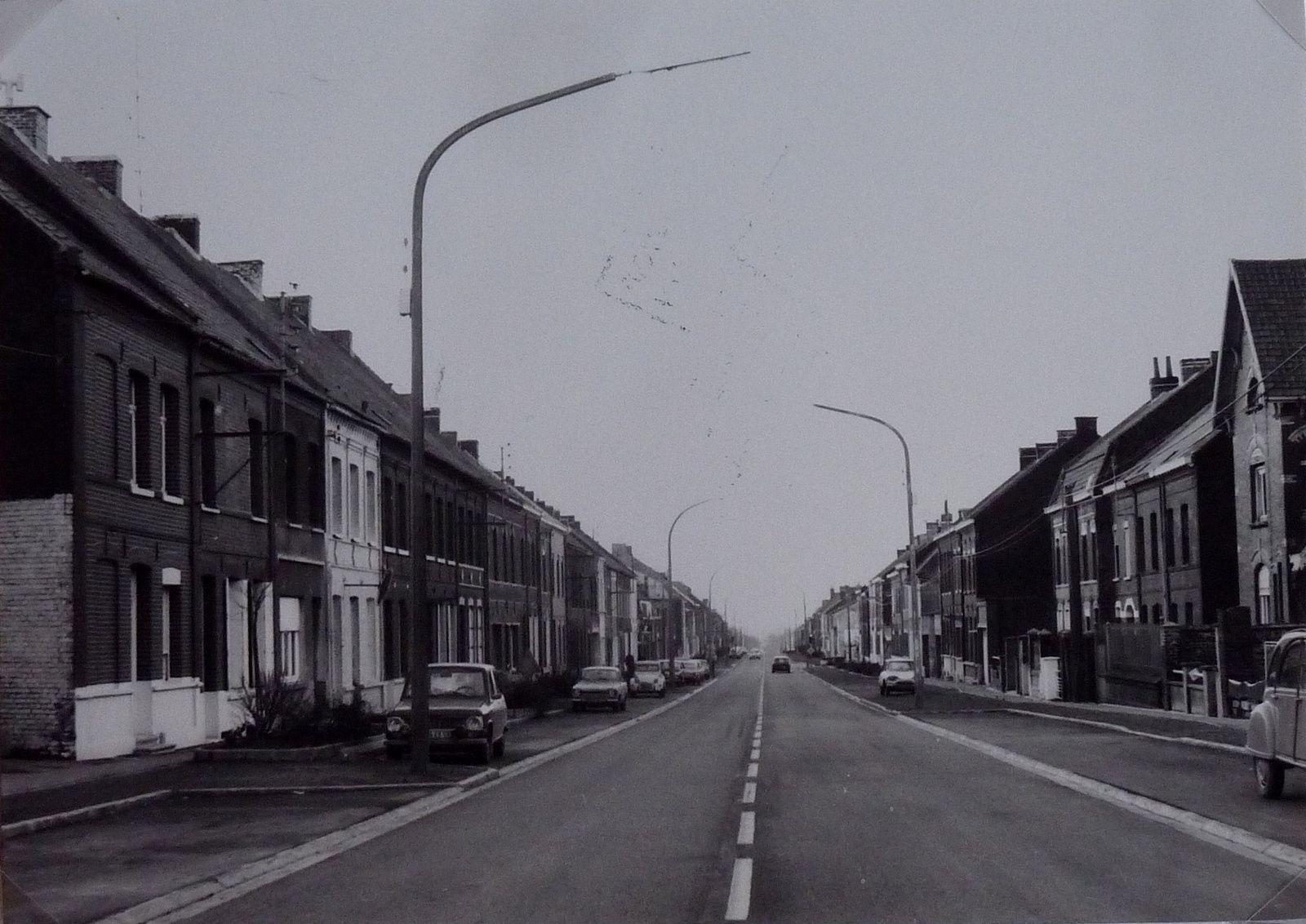 Le Boulevard Drion avec, à l'extrême droite, une vue partielle de l'immeuble Journez dans les années 1960.