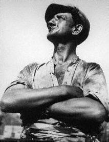 """François Kollar, """"Porteur de rails au repos"""", 1932, photographie en noir et blanc."""