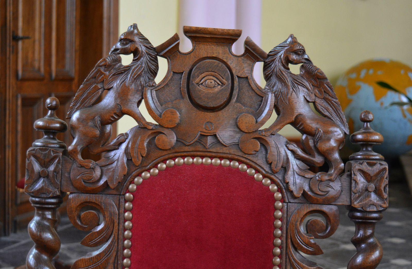 """Détail symbolique du dossier de l'ancien fauteuil du Vénérable Maître de la """"R. L. Les Trois Colonnes des Hauts de France"""" se trouvant aujourd'hui dans le choeur de l'église Saint-Martin d'Aniche. Photo : MG - 28 juillet 2015."""