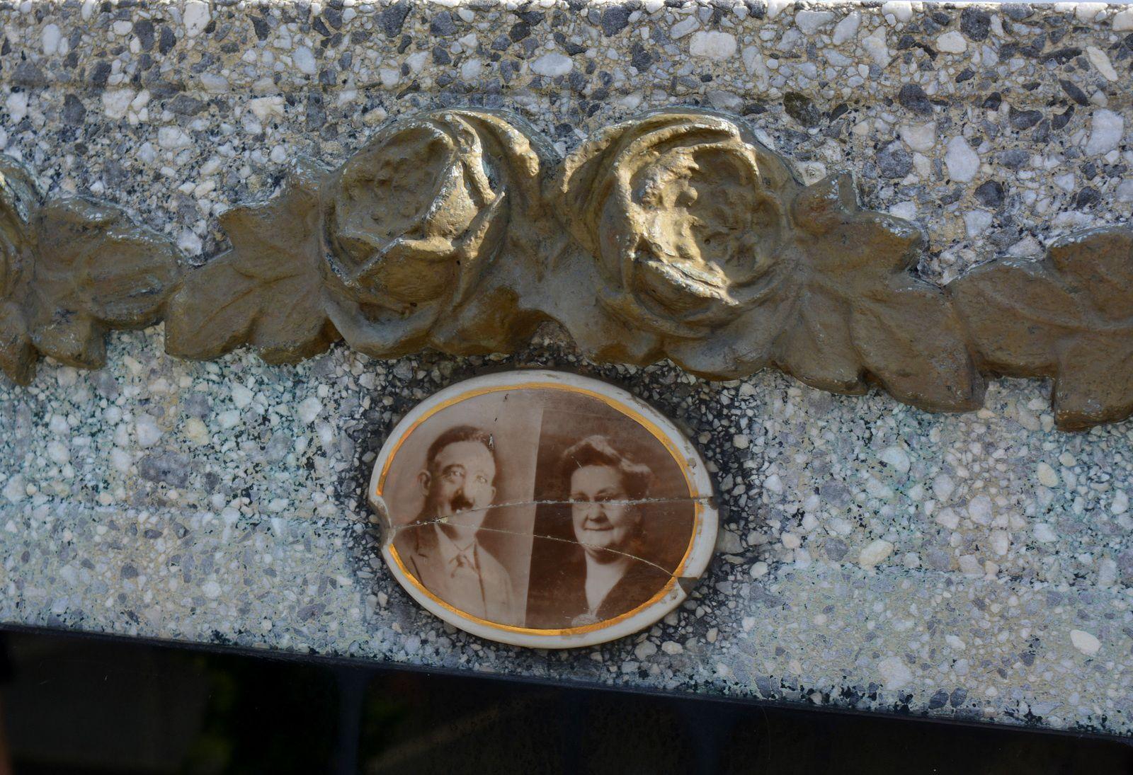 Portraits de Lucien Pouille et de sa femme Victoria Lamand figurant sur la stèle du caveau , cimetière d'Erre - Photo : MG, 31 juillet 2015.