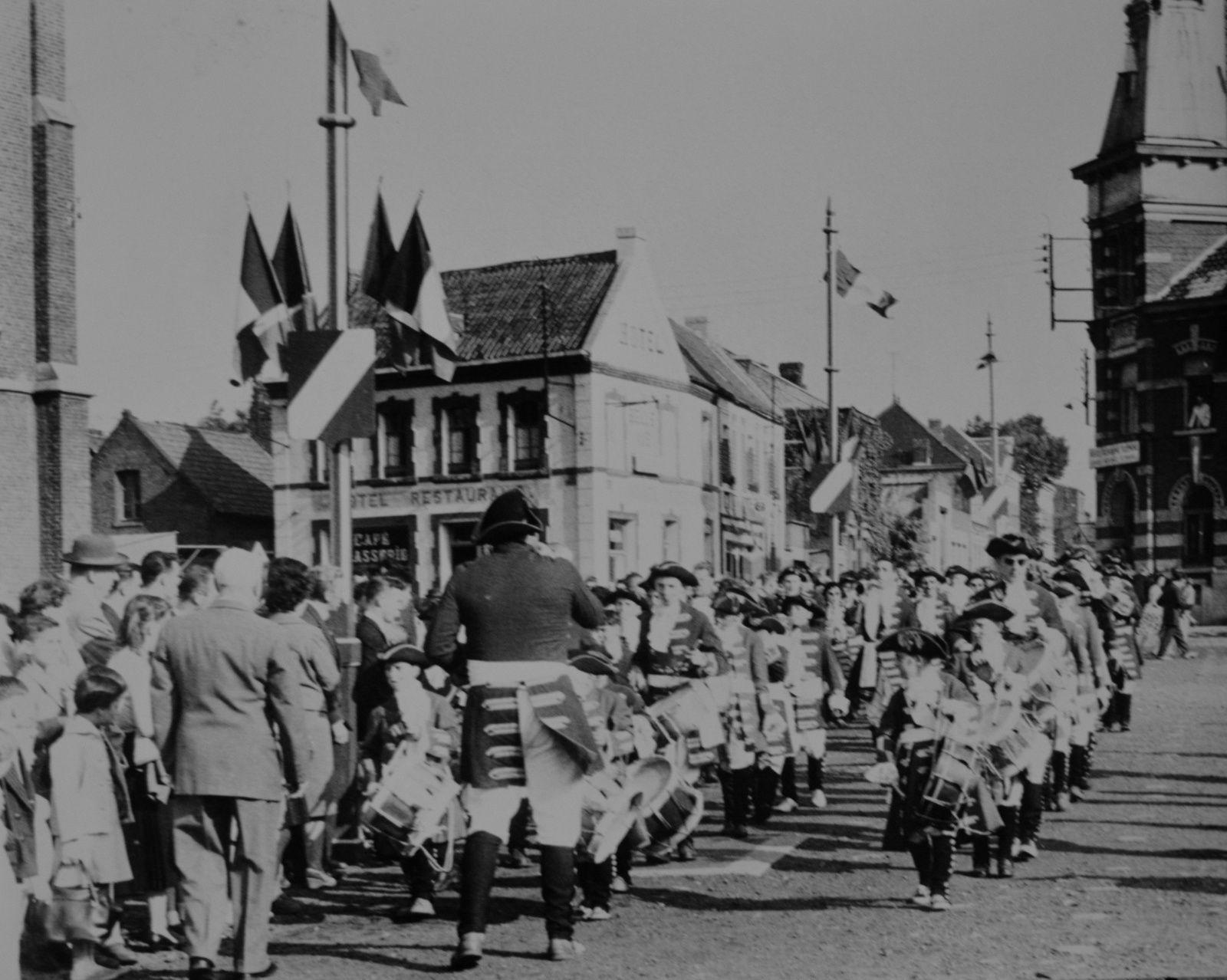 C'est sous les accents endiablés de la clique municipale qui forme la garde de Kopierre que commence le défilé...