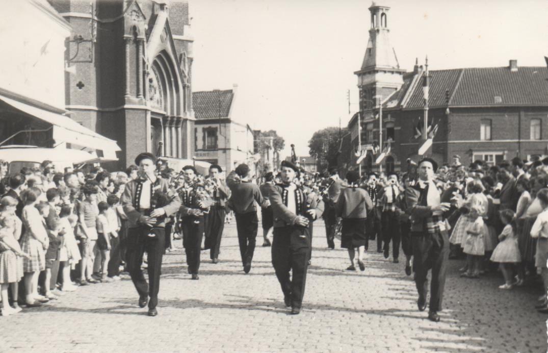 Mais il y a encore beaucoup à admirer, et cette série de petites photos prouve assez que la fête fut belle et que les Anichois attendront avec impatience juin 1961.
