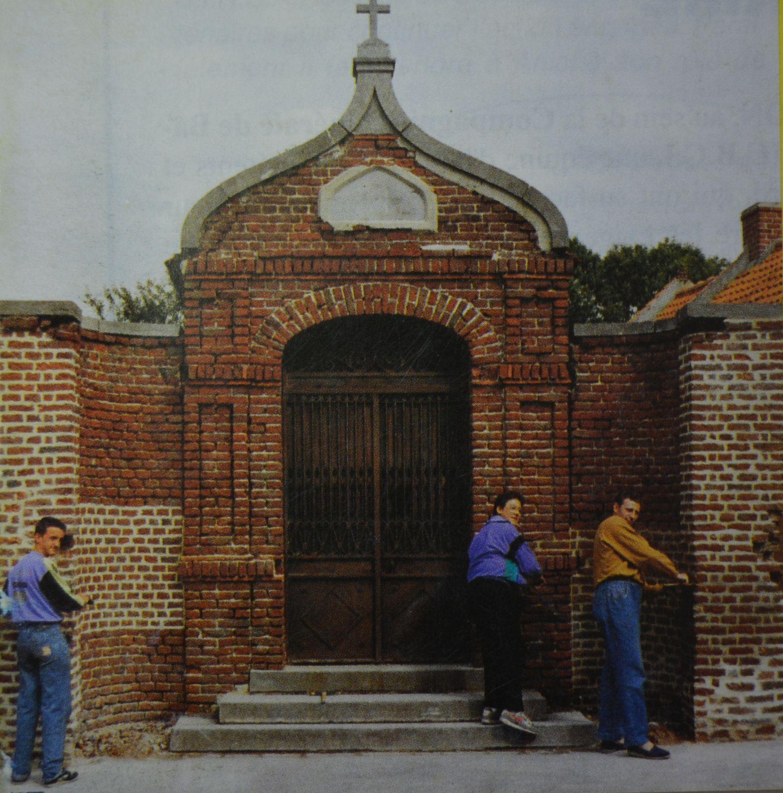 Rejointoiement de la chapelle Bailly en 1990 - Photographie extraite du Bulletin municipal conservé à la Société d'Histoire d'Aniche.