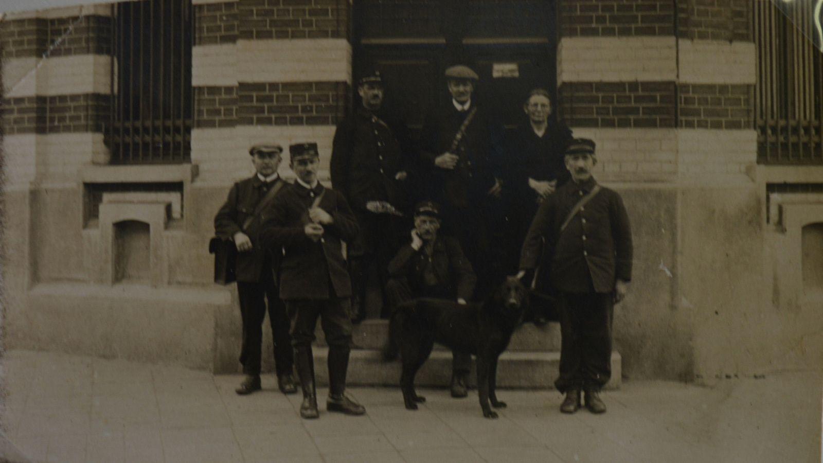 Les facteurs devant l'Hôtel des Postes et Télégraphes d'Aniche en 1932.