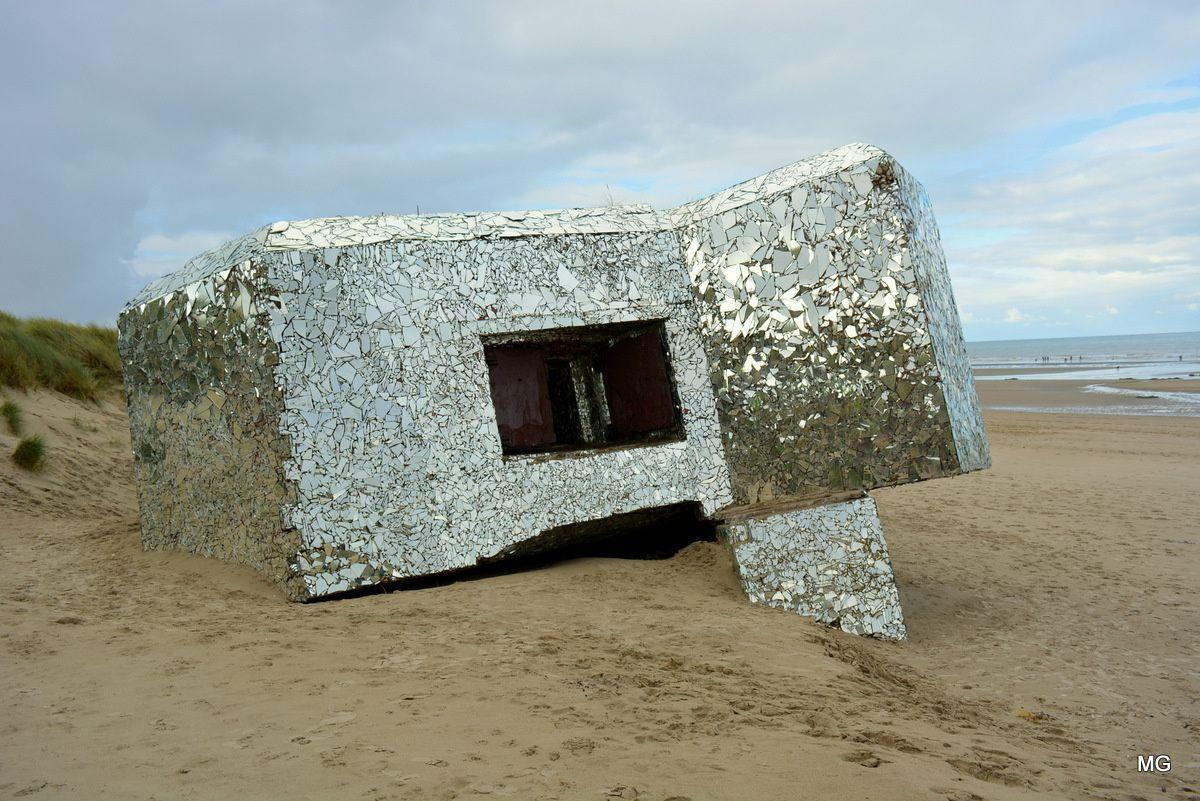 """Anonyme, """"Réfléchir"""", 2014, blockhaus recouvert de fragments de miroirs, Leffrinckoucke."""