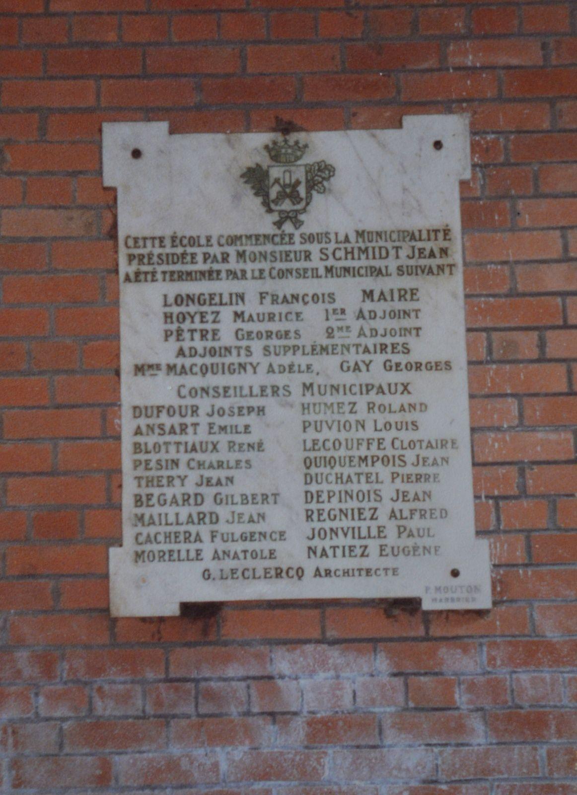 Plaque inaugurale de l'école Maxime-Quévy d'Aniche - Photo : avril 1987 &#x3B; Société d'histoire d'Aniche.