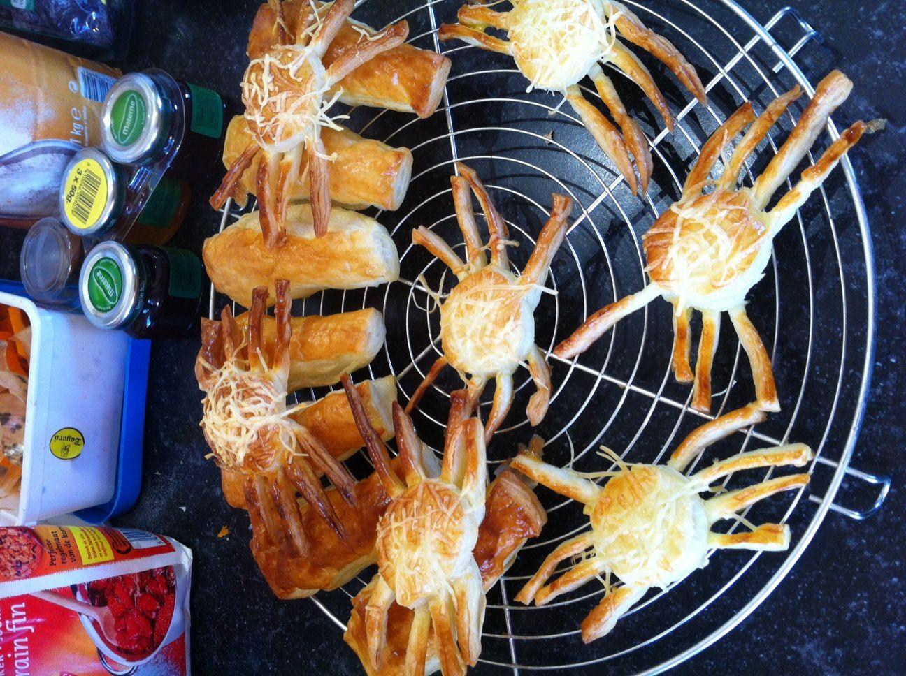 les araignées en pâtes feuilletées que j'avais posées dans le bol de soupe