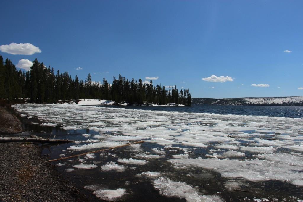 Le Lewis Lake encore gelé à certains endroits et la Lewis River