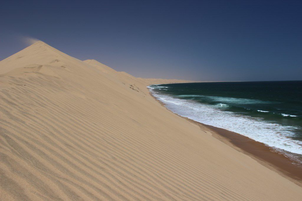 Les dunes de sable se jettent directement dans l'océan Atlantique à Sandwich Harbour