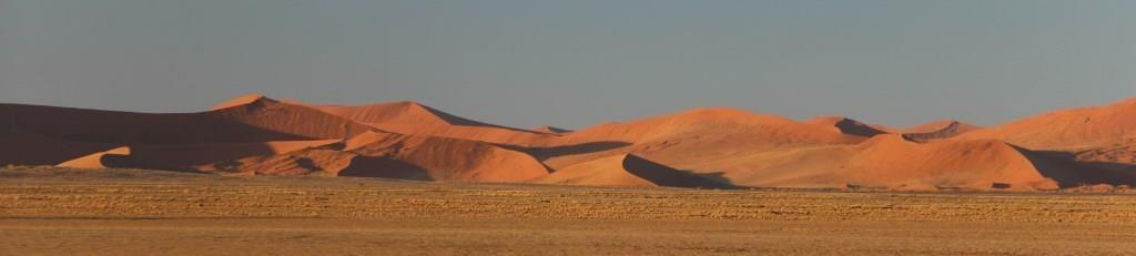 Les dunes se réchauffent et prennent leur teinte orangée sous les 1ers rayons du soleil