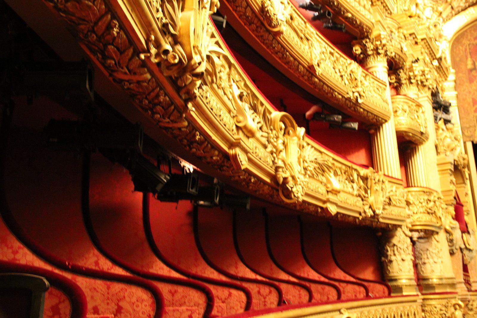 La grande salle à l'italienne avec ses parterres et ses balcons
