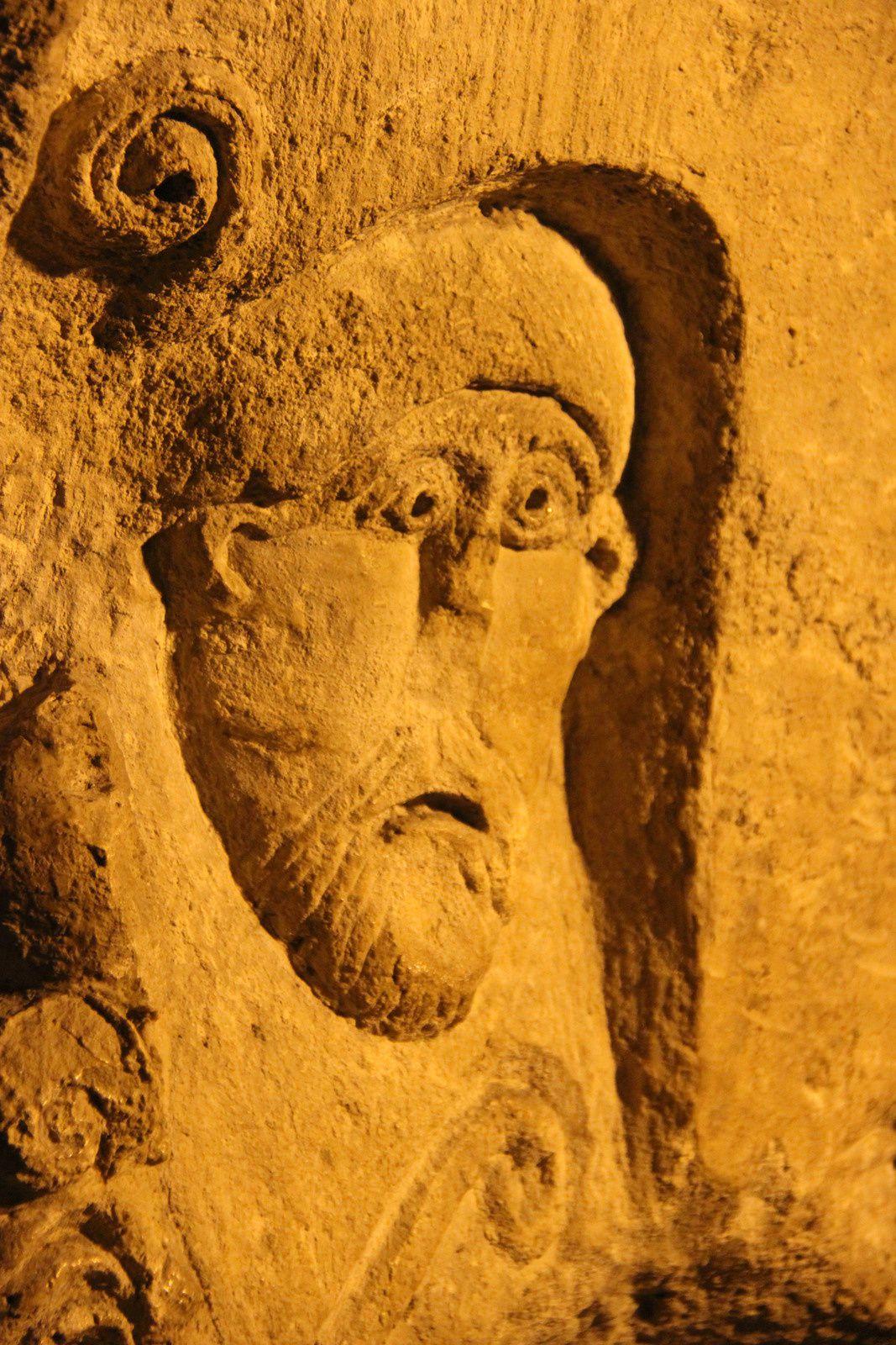 La crypte de l'Abbaye Saint Victor et la figure, gravée sur une colonne, de Saint Lazare, 1er Evêque de Marseille.