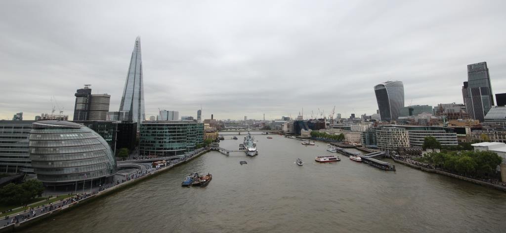 Vue sur la Tamise et les gratte-ciel de La City depuis la passerelle du Tower Bridge
