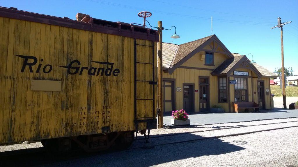 Vieilles locomotives à vapeur en gare de Chama