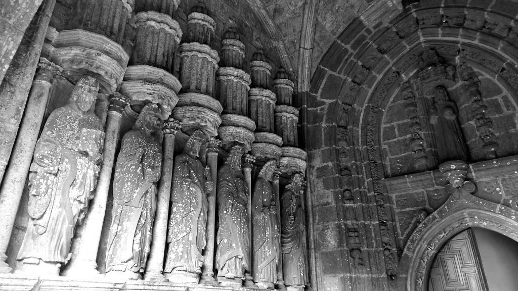 Les 12 Apôtres sous le porche de l'Eglise