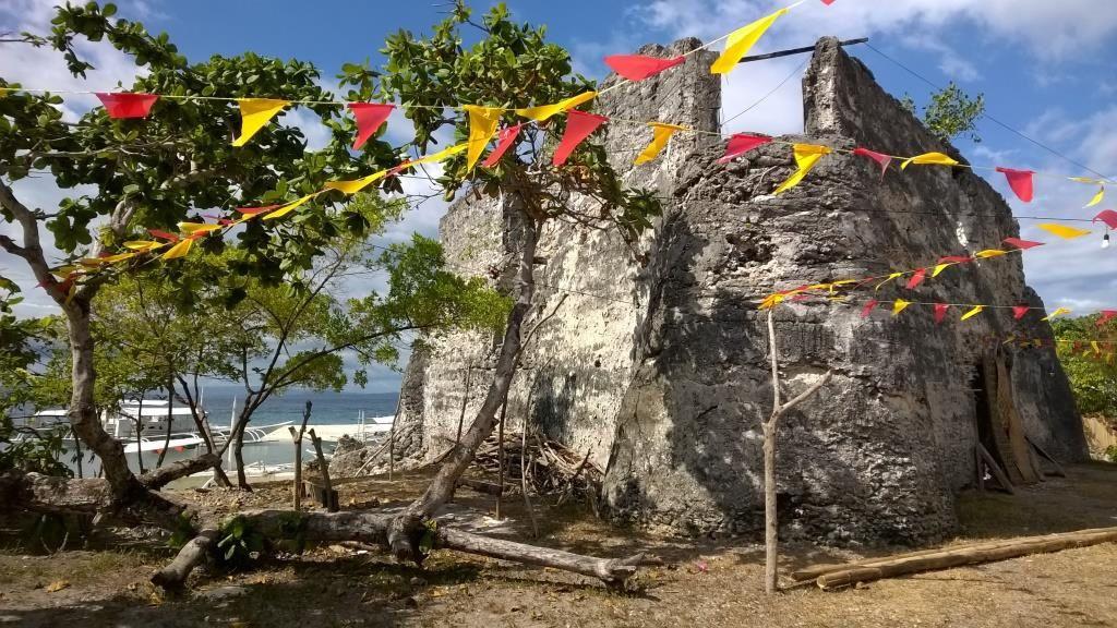 Pamilacan, sa tour espagnole, son église, ses petites maisons traditionnelles et sa plage de sable blanc