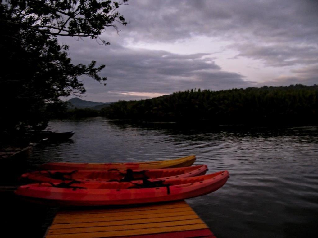 A Maribojoc, la nuit tombe sur la rivière Abatan