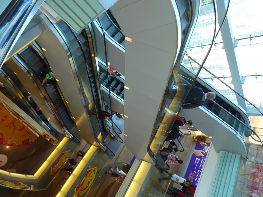 Succession d'escalators dans le Peak Tower