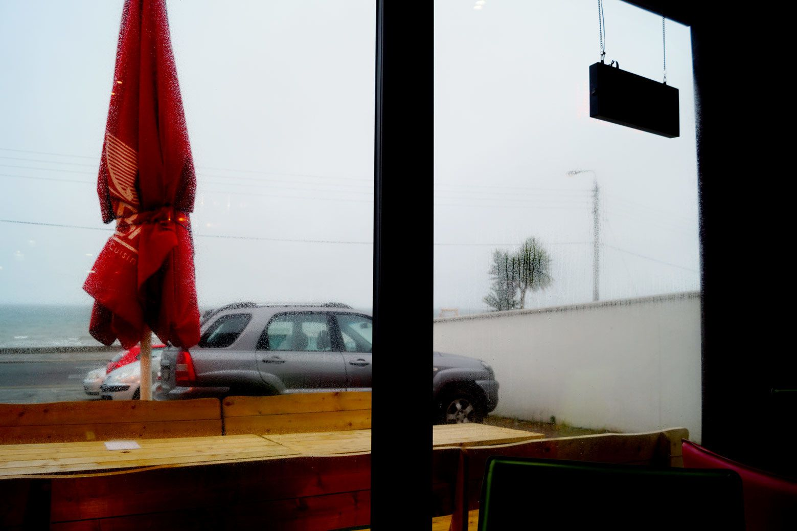 petit repas pris au Koba Thaï Takeaway & Delivery où de ma table bien à l'abri et au chaud j'assiste sur le parking face à la mer aux prémices d'un mauvais temps de mer qui se lève.