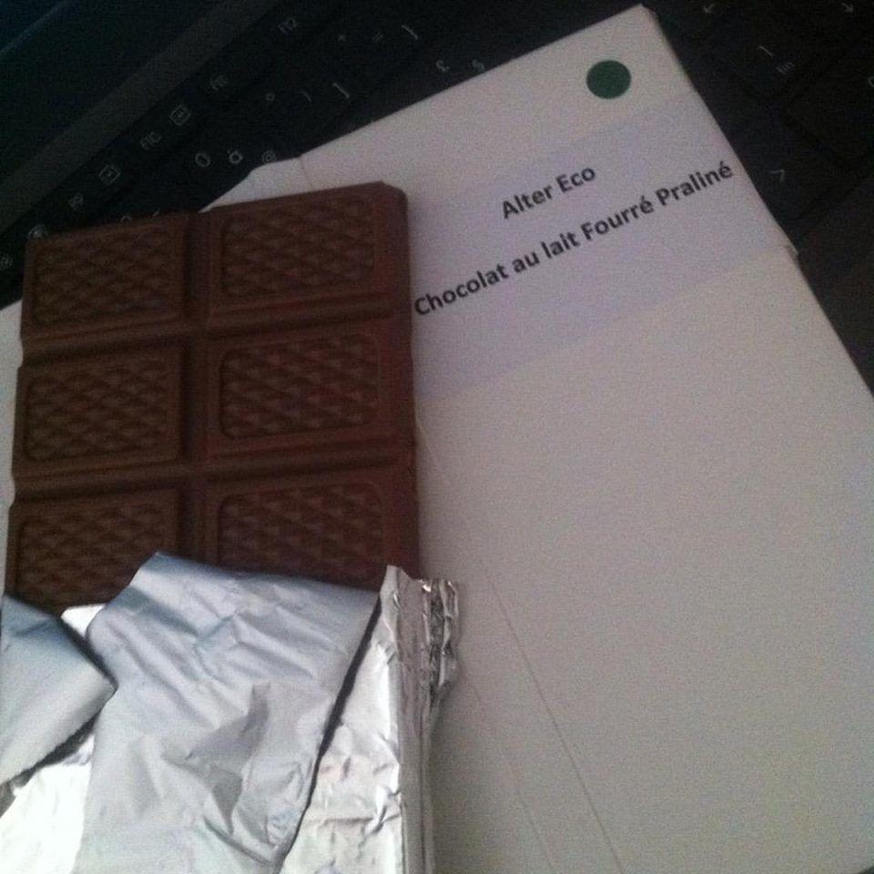 La gourmande :( glace vanille morceaux de chocolat au lait praliné équitable son caramel beurre salé maison et ses noix ) .
