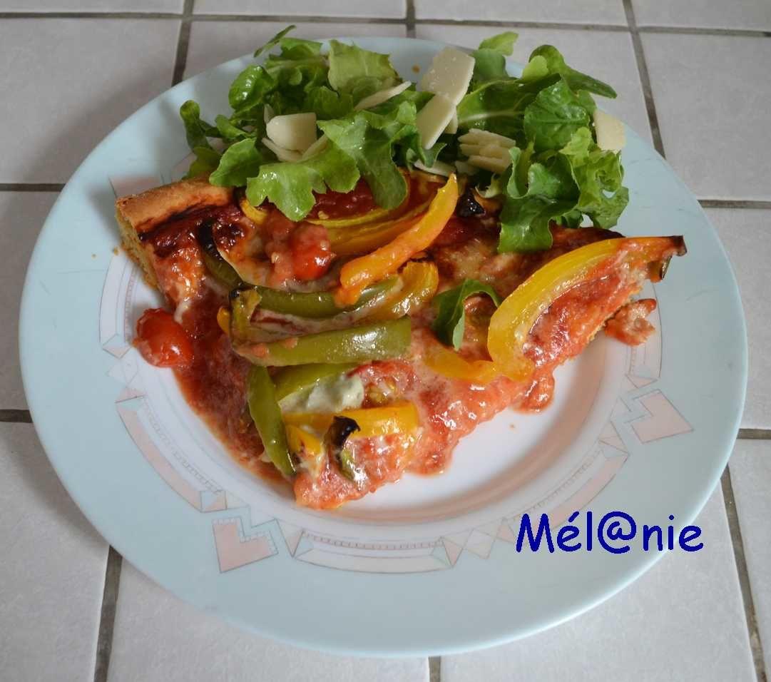 Pizza aux poivrons, au gorgonzola et à la roquette