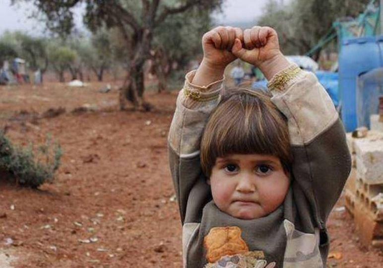 Hudea, petite syrienne de 4 ans, a cru que l'appareil photo était une arme. Et, elle s'est rendue...