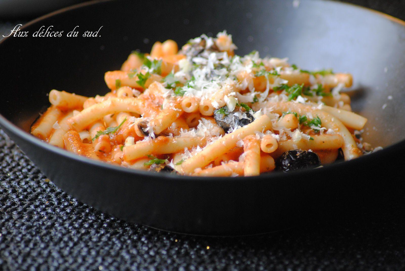 Macaroni à la  sauce tomate  , pesto , olives noires .