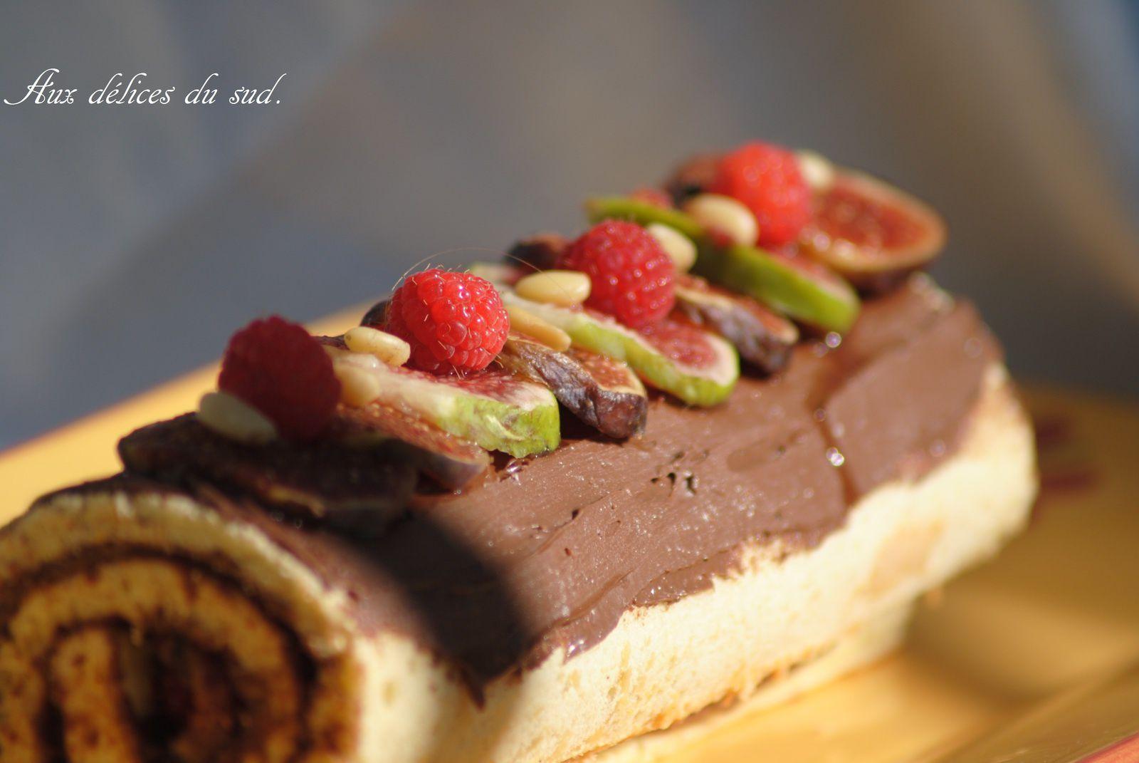 Biscuit roulé d'automne au nutella , figues , framboises , pignons .