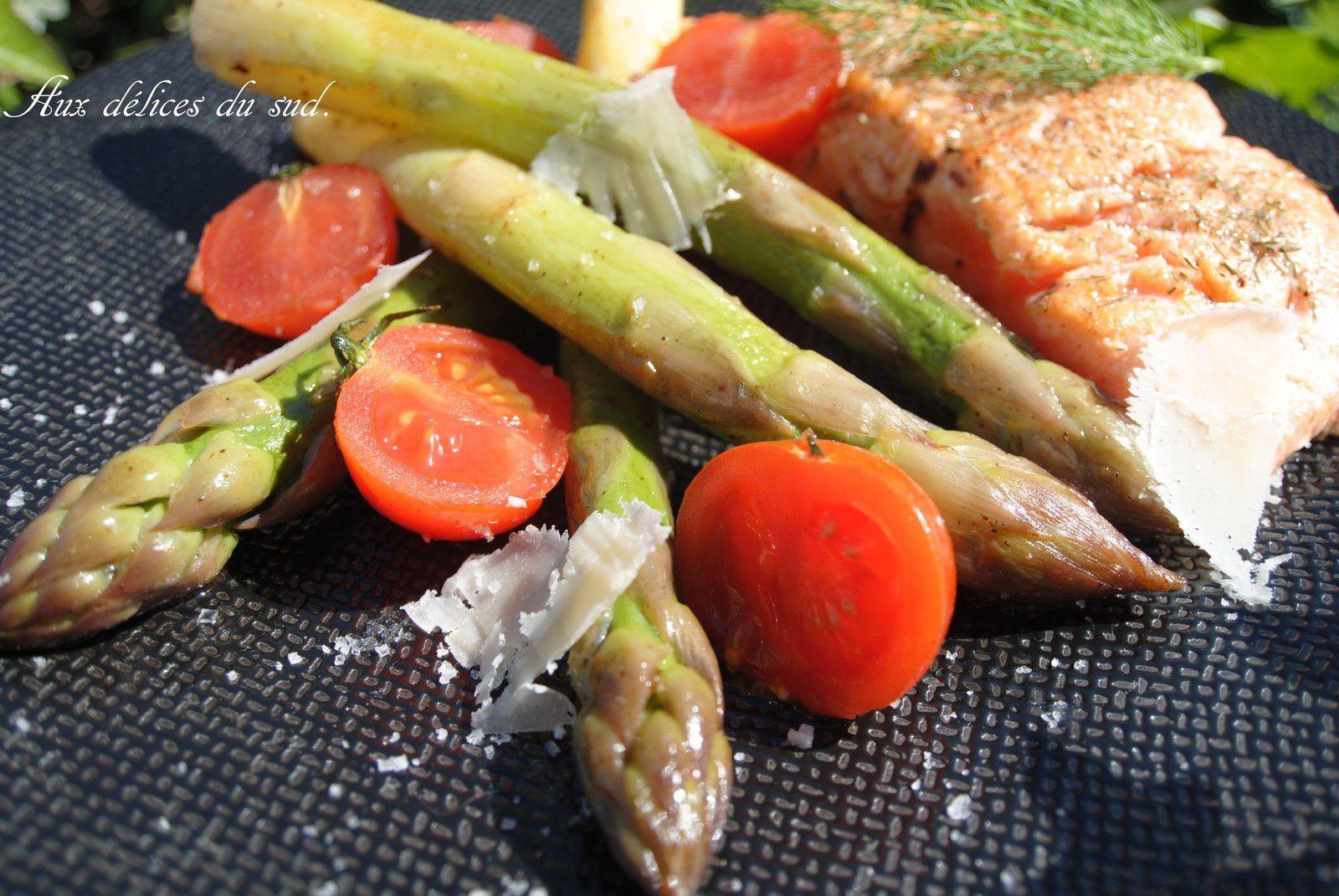 Asperges vertes glacées et saumon frais .