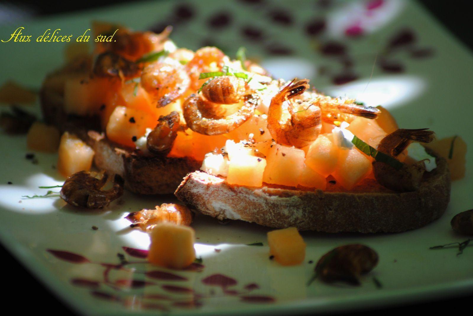 Crostinis de melon , crevettes grises sautées , feta .