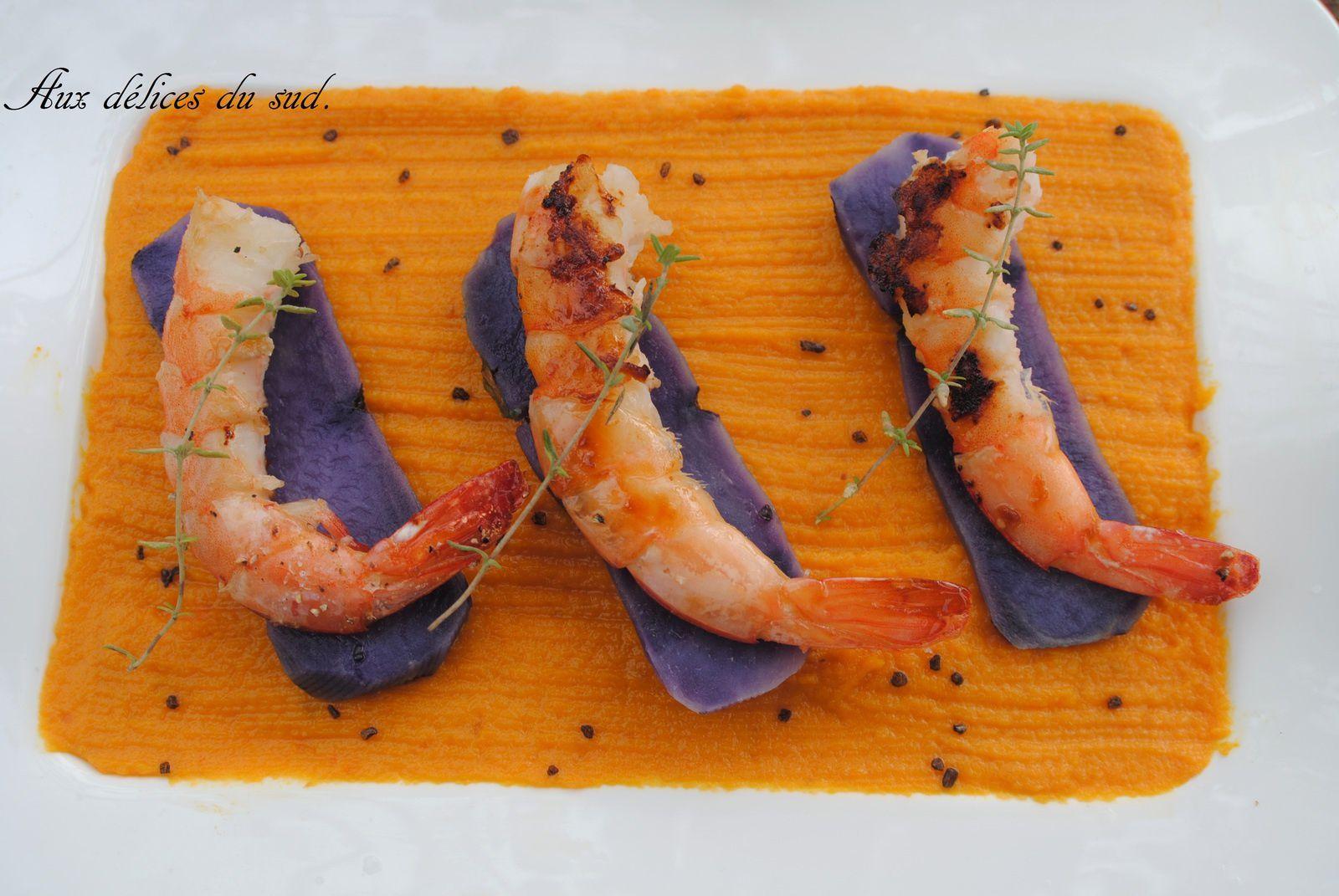 Crevettes au miel sur canapés de Vitelotte et purée de carottes au gingembre .