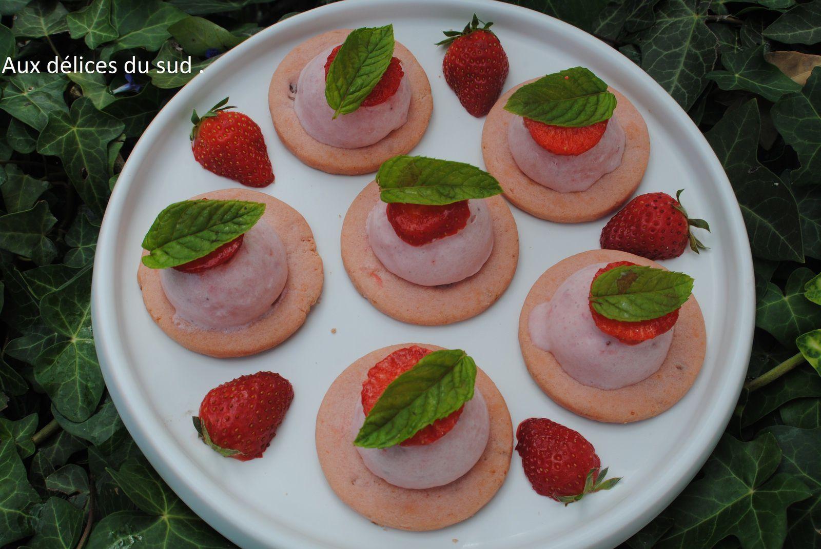 Bavarois glacé aux fraises sur sablés rose de Reims