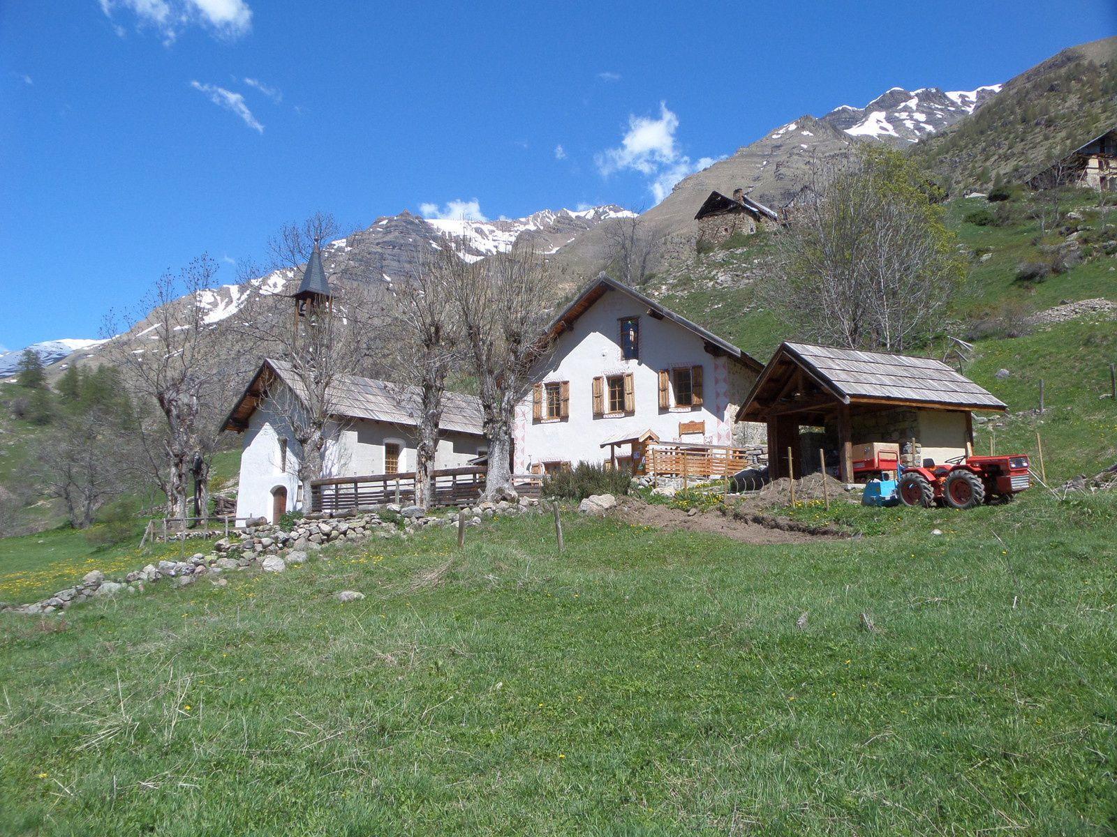 sentier menant au hameau des Romans (1780m) et l'église et le Gite refuge de l'Ecole (1727m)