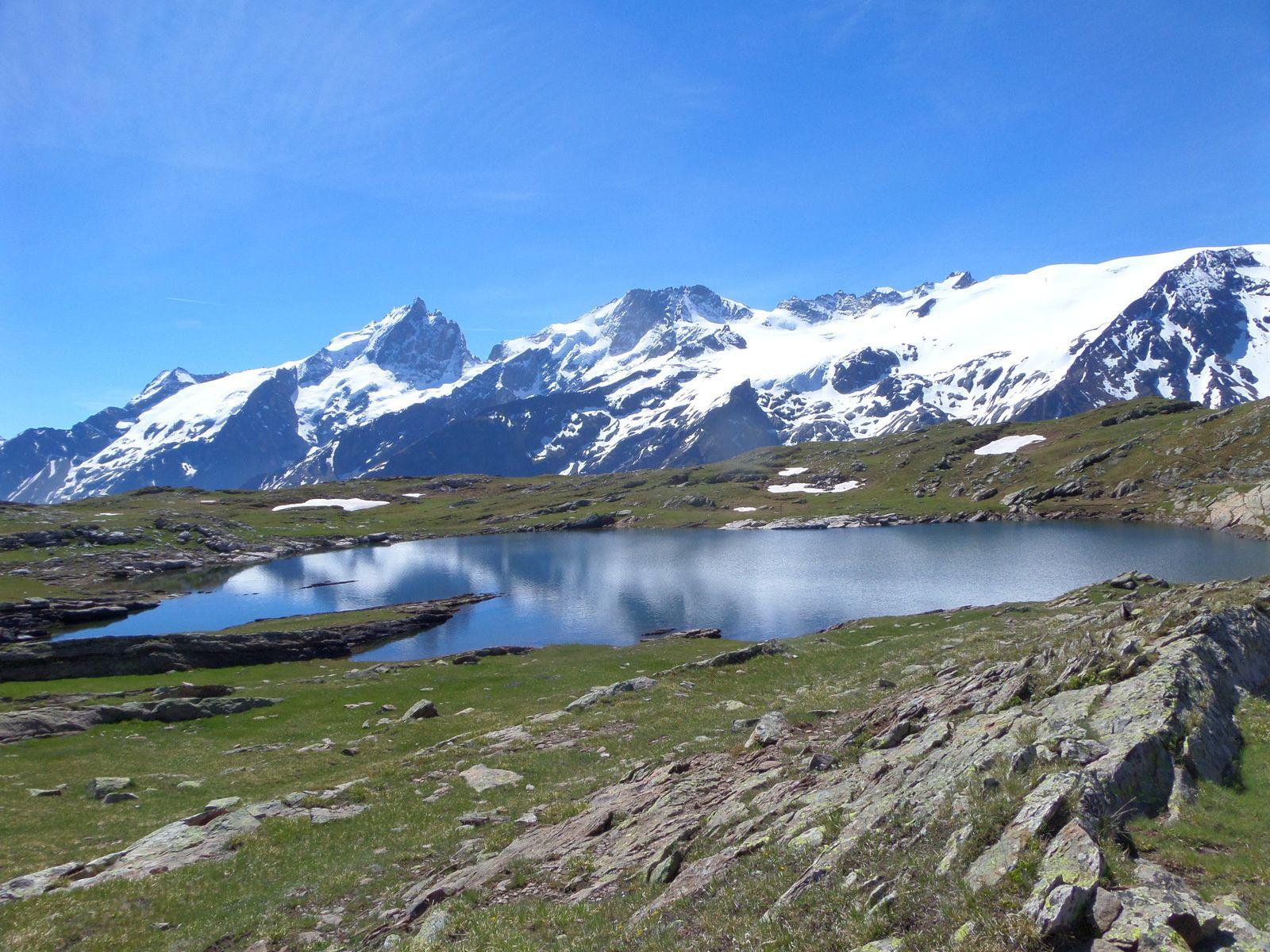 arrivée au Lac Noir (2446m) avec vue sur la Meige, le Glacier de la Girose et sur le Massif des Grandes Rousses