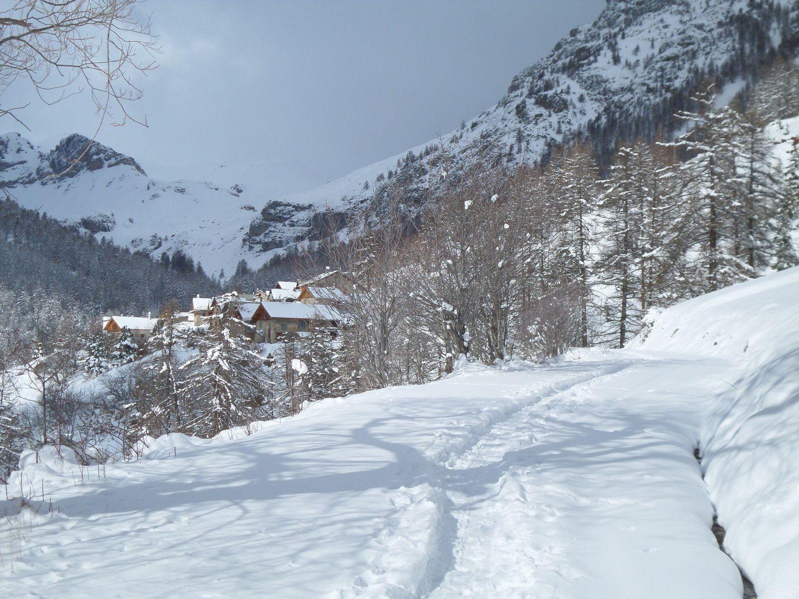 vue sur la Haute vallée de la Durance et arrivée en vue du Hameau des Combes (1853m) endormi au coeur de l'hiver !!