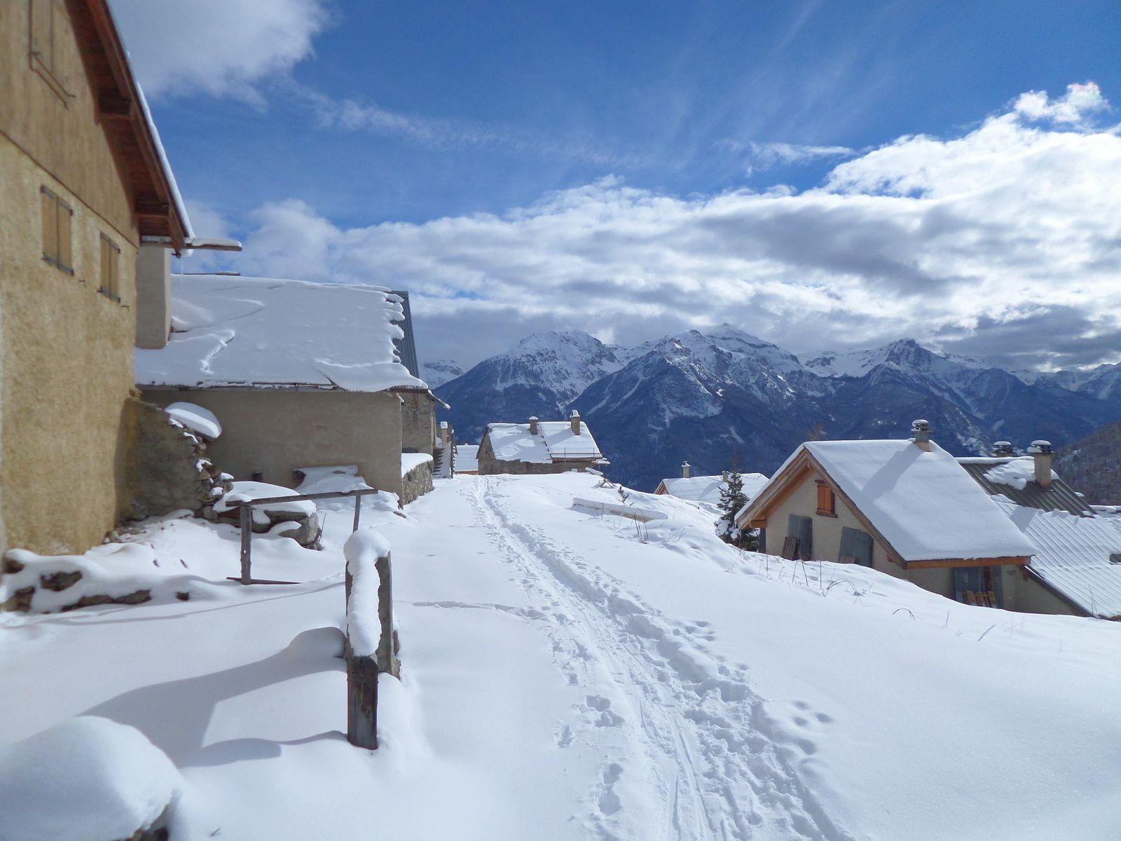 traversée du Hameau des Combes à la descente et retour à Puy Chalvin . Superbe randonnée nordique au soleil !!