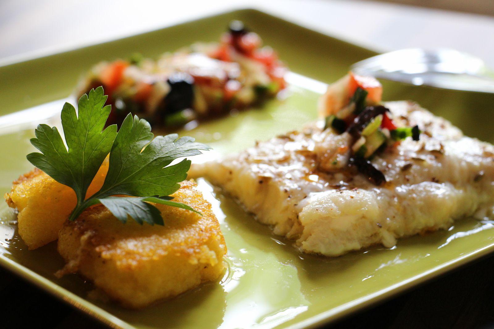 Filet de bar au fenouil, sauce vierge et polenta croustillante