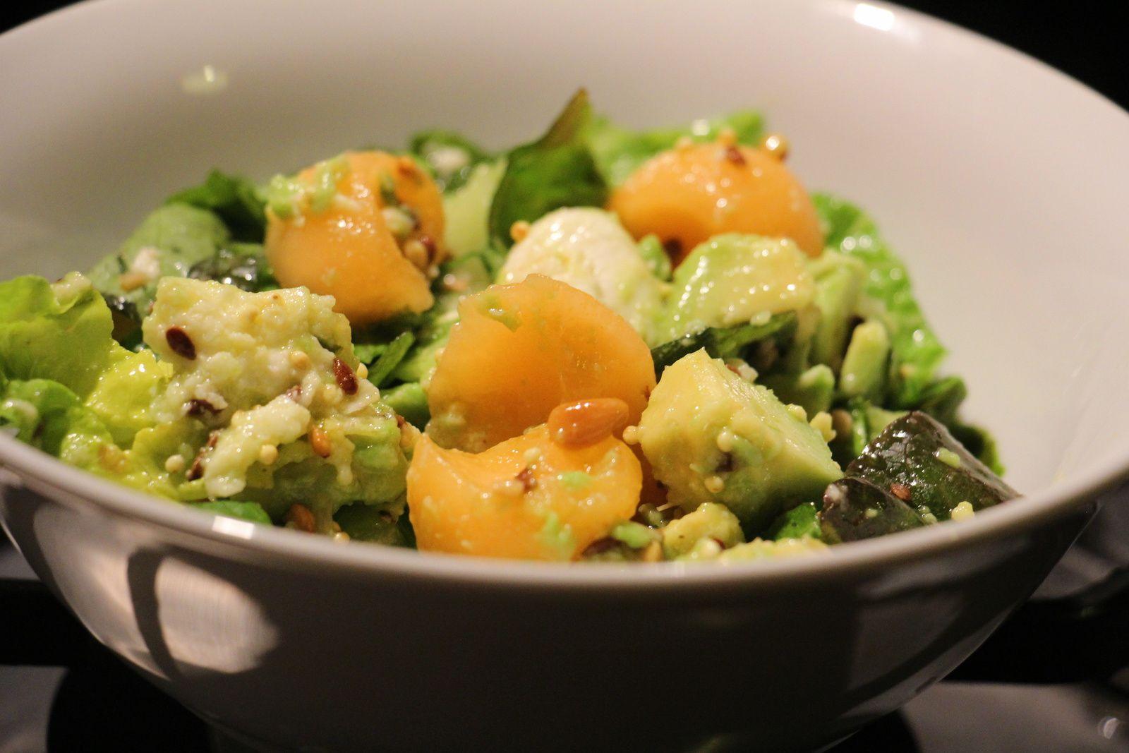 Salade aux graines , melon, mozzarella et avocat