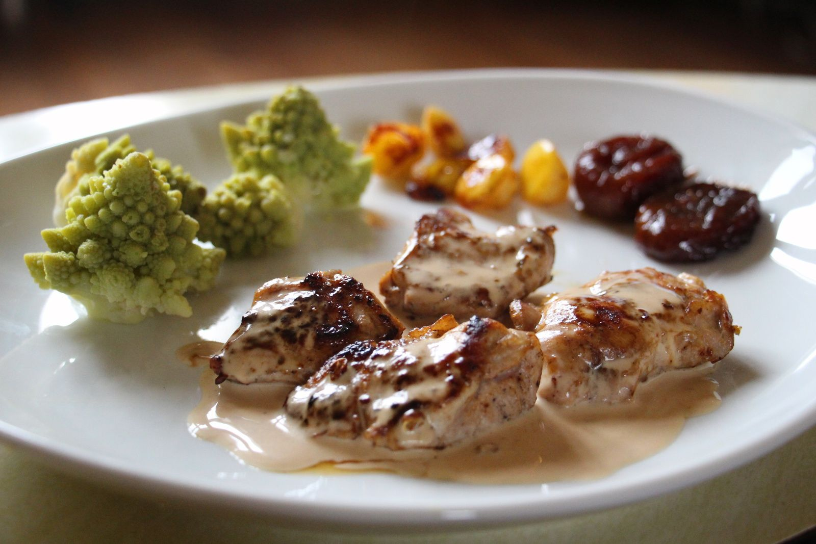 Médaillons d' araignée de porc , sauce crémeuse au vinaigre de cidre, pommes rôties et chou romanescoi