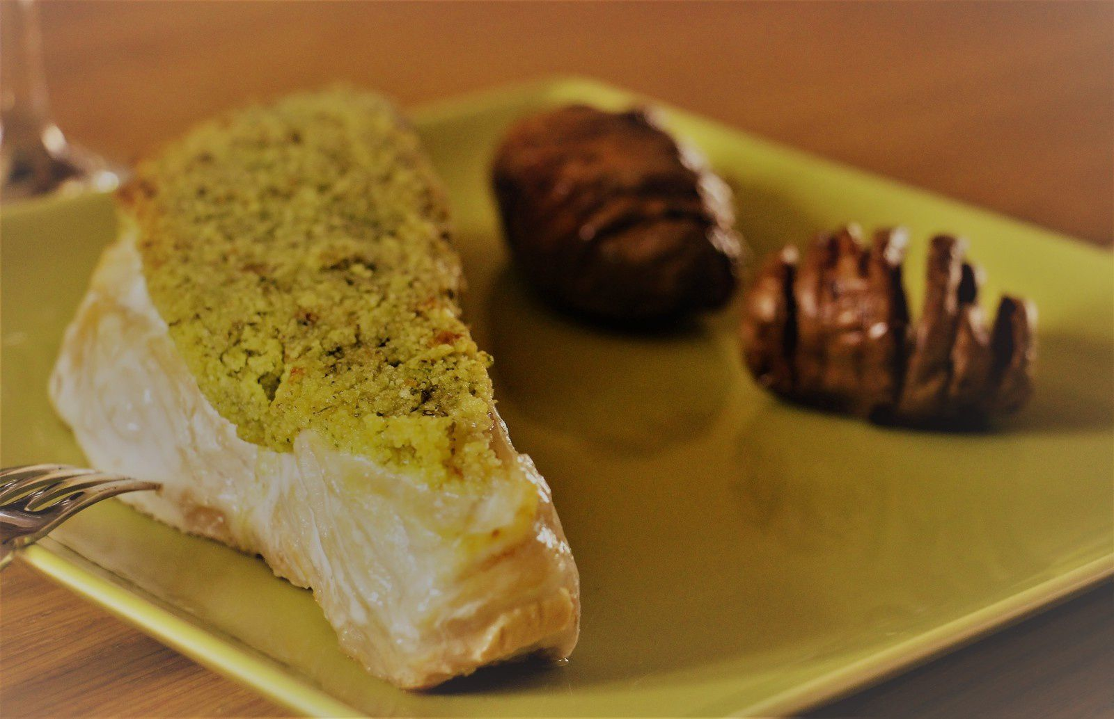 Saumon sauvage en croûte d'herbes à l'ail des ours  et au citron confit , pommes de terre suédoises