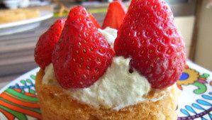 sablé breton , chantilly pistache et fraises