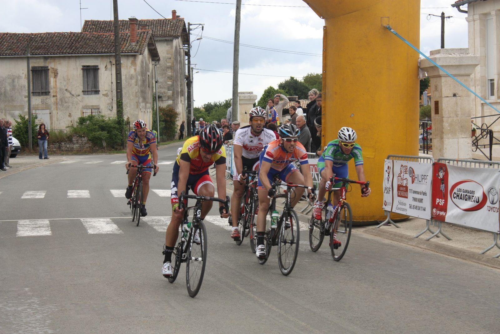 4e  Olivier  HOUGET(AL  Gond  Pontouvre), 5e  Alexis  MENANTEAU(SF  Fontenay), 6e  Gildas  PANHALLEUX(CC  Nanteuil),7e  Guillaume  BOSSEAU(T  St  Sauveur),8e  Henrik  SICAUD(P  St  Florent), 9e  Julien  RENOUX(VC  Saintes), 10e  Morgan  VALLET(P  St  Florent), 11e  Alex  DERE(AC  Virolet), 12e  Pierre  MARATHE(SV  Fontenay)