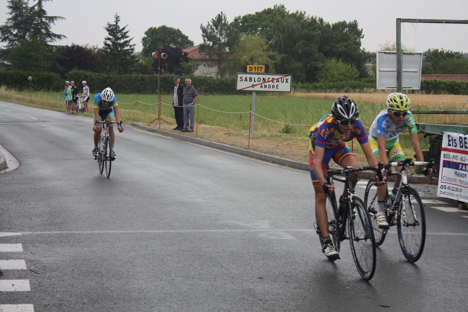 3e  Ryan  CANTET(C  Sud-Saintonge), 4e  Aurélien  LECHEVALIER(VC  Saintes), 5e  Jérémy  BELLICAUD(VC  Montendre), 6e  Arnaud  PETIT(FS  St  Hilaire), 7e  Valentin  ROTH(UCC  Vivonne), 8e  Corentin  BERTRAND(CA  Civray), 9e  Pierre  SMERALDI(VC  Saintes),10e   Lucas  TROCHUT(VC  Saintes), 11e  Corentin  BABEAU(P  St  Florent), 12e  Nathan  HERVE(VC  Chatillon), 13e  Anais  CHAUVET(AC  Macqueville)