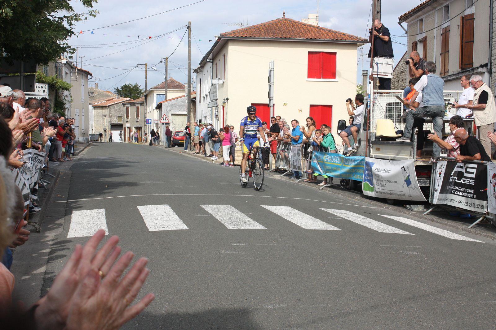 A  l'amorce  du  dernier  tour  il  sont  5  à  se  regrouper.  et  victoire  pour  Nicolas  LECLERC(Angouléme  VC)