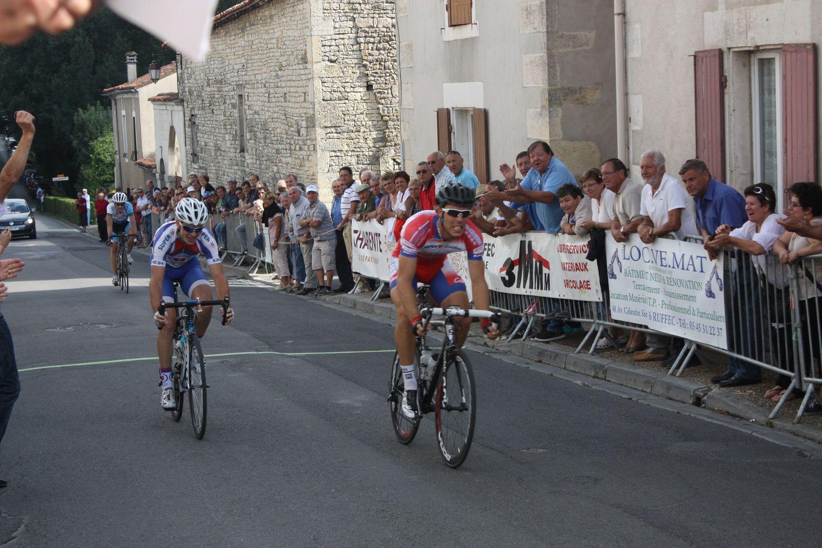 Victoire  d'Aurélien  GOUJON(AC  Jarnac-Aigre-Rouillac)  sous  les  yeux  de  son  président  aux  anges, 2e  Ludovic  NADON(APOG)