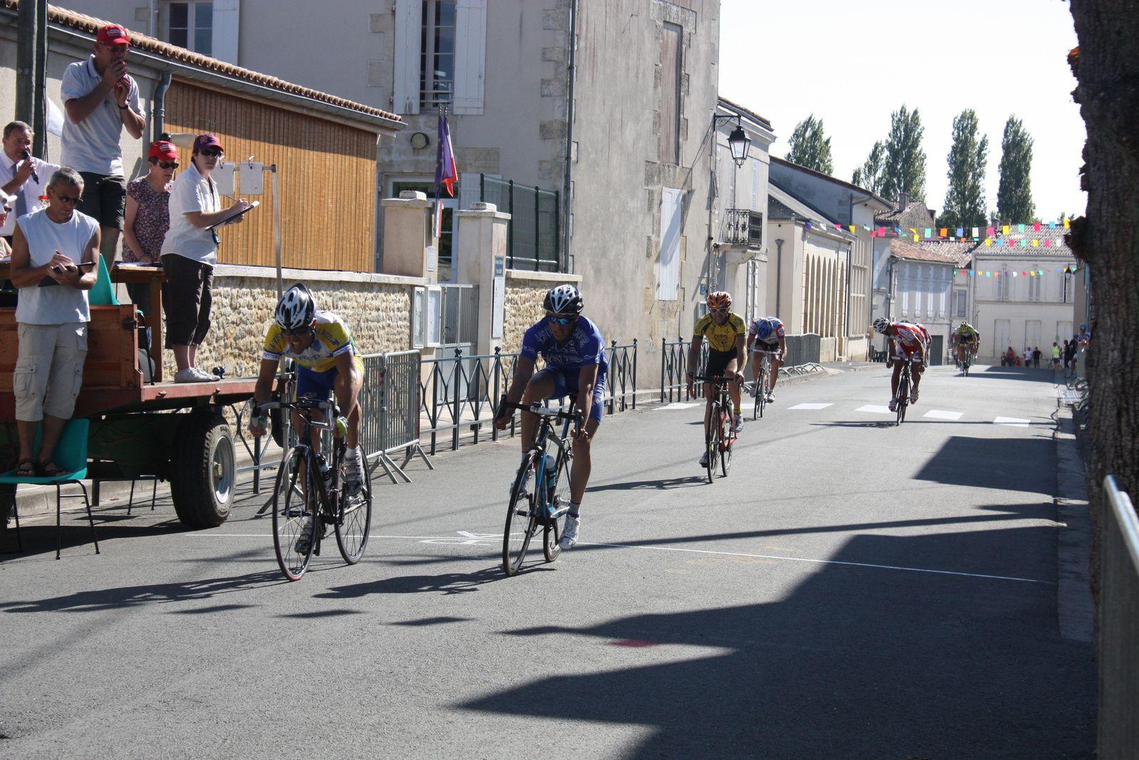 L'arrivée  avec  la  victoire  pour  Laurent  VICENCI(NL), 2e  Cédric  BOIVENT(VC  Loudun)