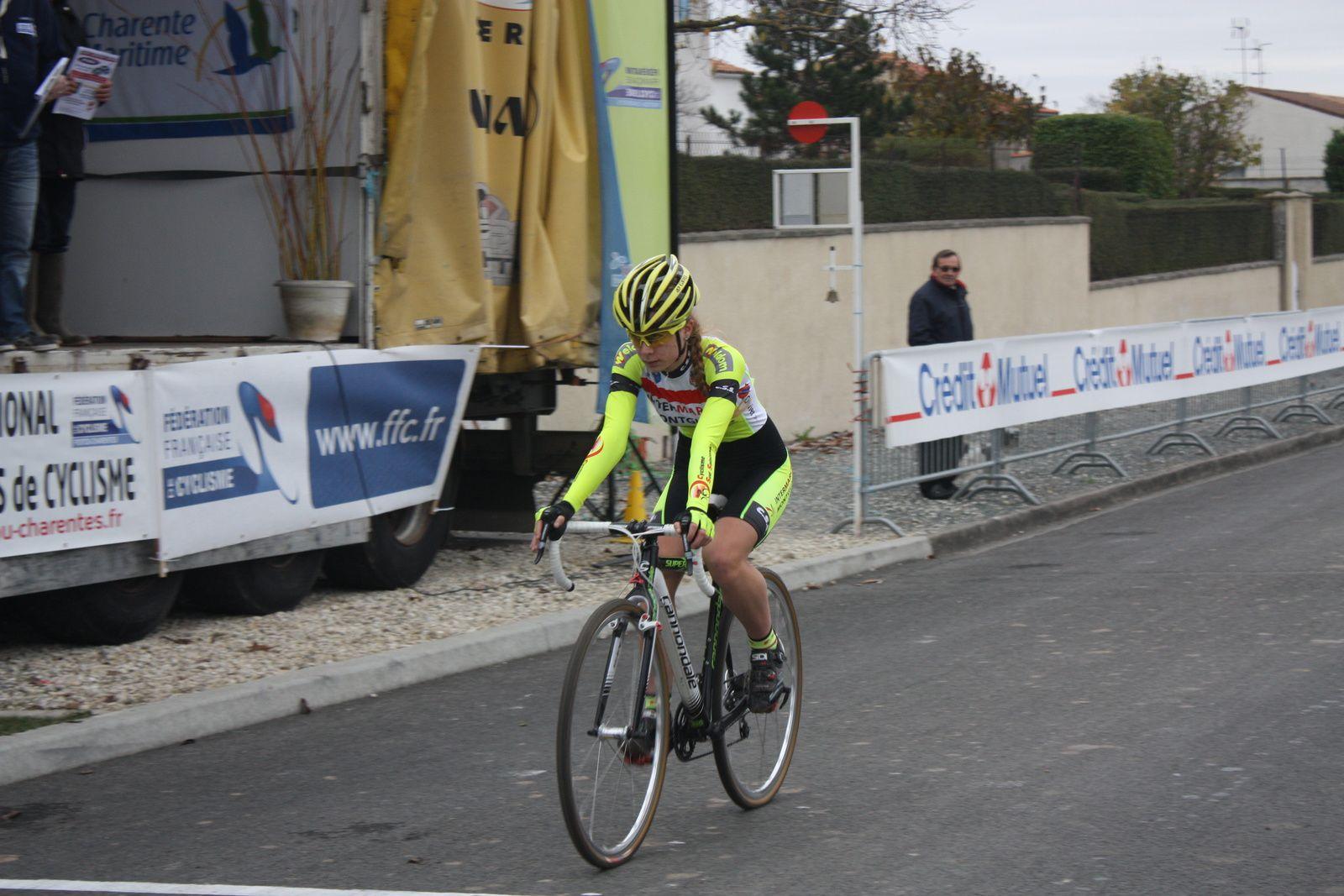 Victoire  de  Victorie  GUILMAN(C  Sud-Saintonge), 2e  Charlotte  BRAVARD(V  Naintré), 3e  Mélanie  BRAVARD(V  Naintré), 4e  Sandra  LEAUD(C  Poitevin), 5e  Aurore  VERHOEVEN(UVA), 6e  Lauréline  LEBORGNE(G  Mansle)  1er  Junior, 7e  Lucie  BOURGOIN(VCCO).