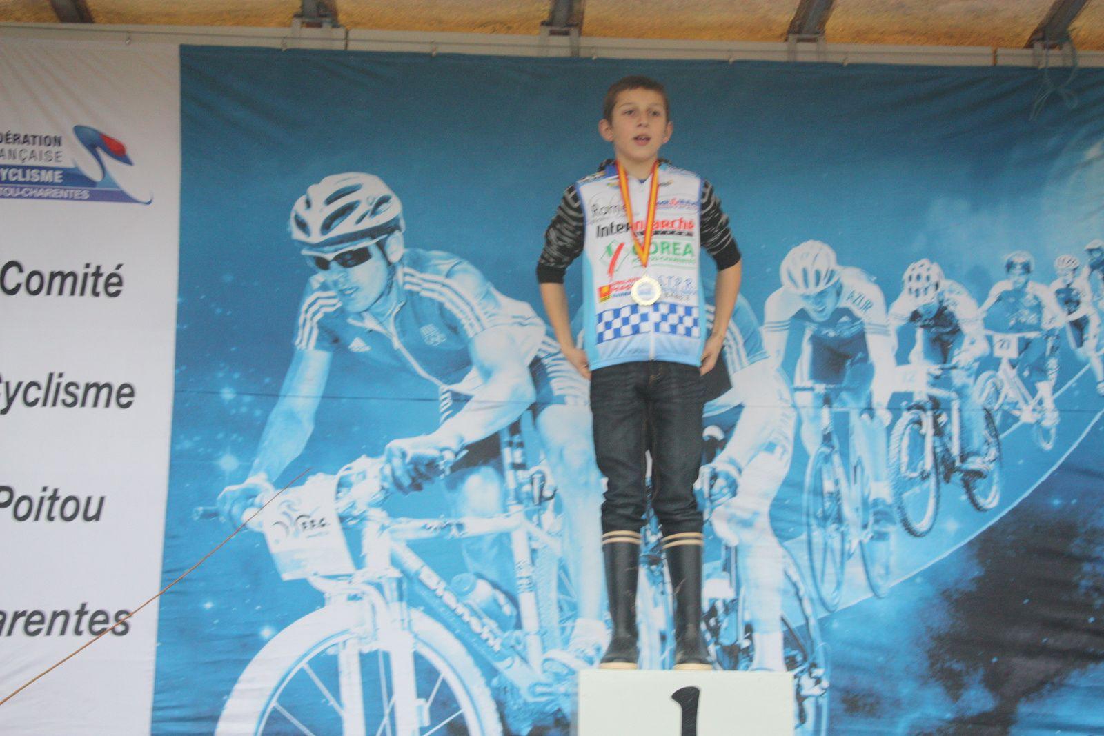 Le  podium  Benjamin  avec  Julien  BENOIT(VC  Rochefort)  3e.