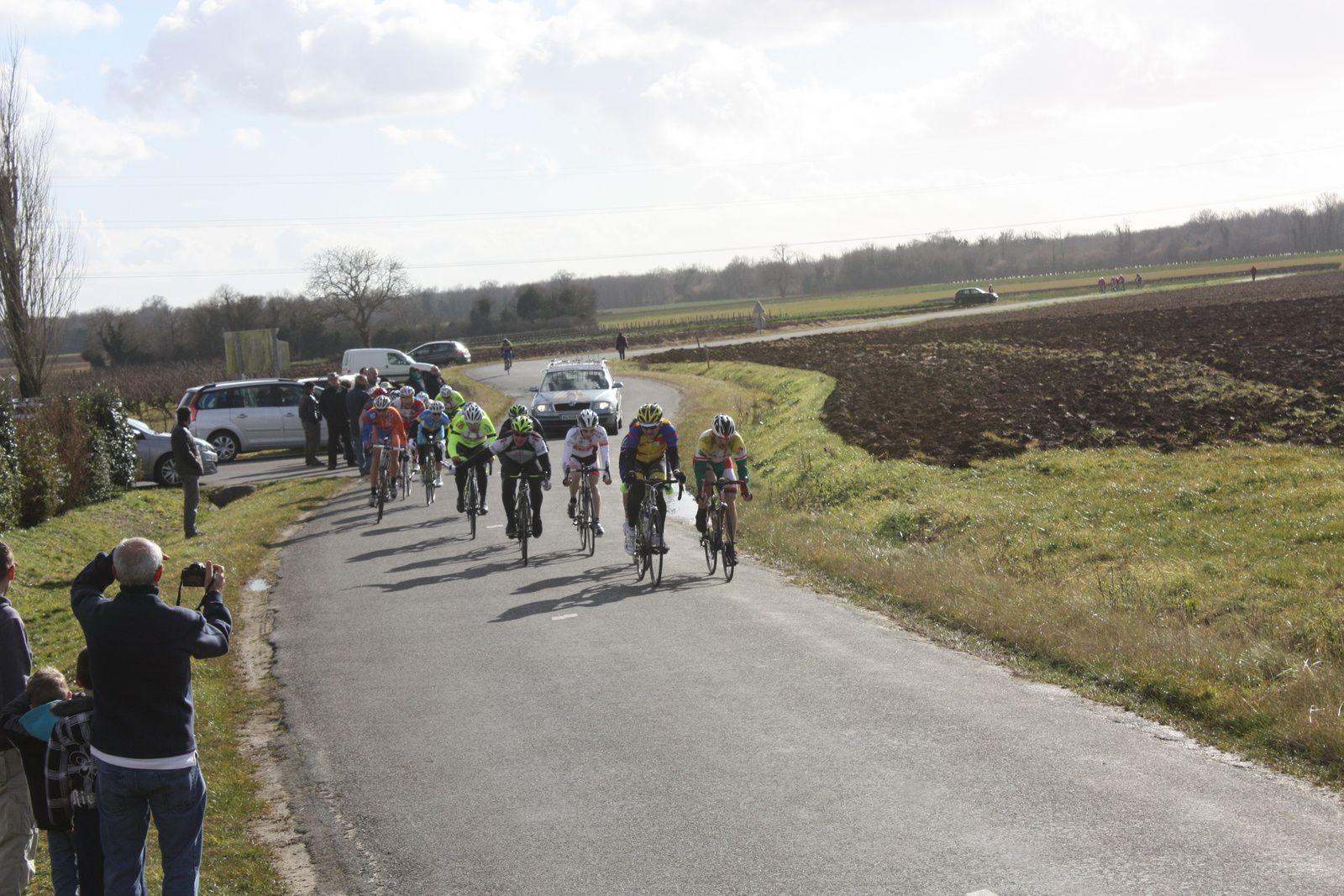 Ils  sont  5  à  se  dégager  rapidement  dont  3  coureurs  de  l'EC 3M , derriére  dans  le  1er  groupe  Pauline  ALLIN   et  dans  le  2e  Marjolaine  BAZIN, les  filles  sont  dans  l'allure!